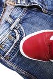 Chaussures de mode avec des chaussures Espadrilles et dentelles rouges avec des jeans sur un fond blanc Photos libres de droits