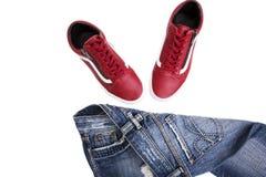 Chaussures de mode avec des chaussures Espadrilles et dentelles rouges avec des jeans sur un fond blanc Photographie stock libre de droits