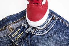 Chaussures de mode avec des chaussures Espadrilles et dentelles rouges avec des jeans sur un fond blanc Photo stock