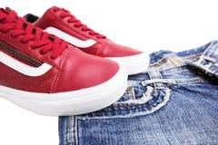 Chaussures de mode avec des chaussures Espadrilles et dentelles rouges avec des jeans sur un fond blanc Image libre de droits