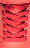 Chaussures de mode avec le shoestring Espadrille et dentelle rouges photo libre de droits