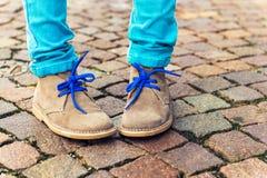 Chaussures de mode sur les pieds de l'enfant Photo libre de droits