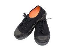 Chaussures de noir d'étudiant de garçon avec les dentelles noires Images stock
