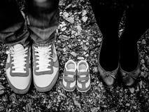 Chaussures de papa et de bébé de maman images stock