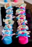 Chaussures de papier de bébé avec la sucrerie à l'intérieur Images stock