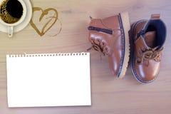 Chaussures de petit garçon sur le fond en bois Photos libres de droits