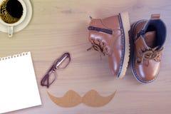 Chaussures de petit garçon sur le fond en bois Photo stock