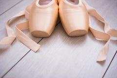Chaussures de point de ballet sur le fond en bois photographie stock libre de droits