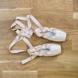 Chaussures de pointe de ballet sur le plancher en bois Images stock