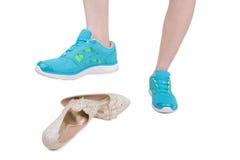 Chaussures de port célibataires de mariage de bande de roulement d'espadrilles Photographie stock libre de droits