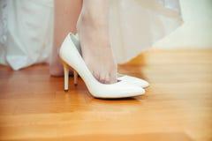 Chaussures de port de mariage de jeune mariée Photographie stock
