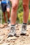Chaussures de randonneur - hausse de la marche de gaines Photo stock