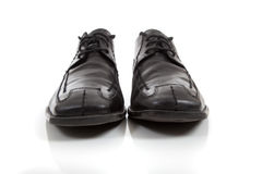 Chaussures de robe noires des hommes sur un fond blanc Photo stock