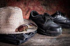 Chaussures de sécurité et verres noirs et haine Photos libres de droits