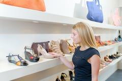 Chaussures de sélection sur l'étagère Images stock