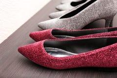 Chaussures de scintillement sur l'étagère en bois, Image stock