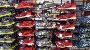 Chaussures de sport à vendre sur le marché de décathlon Iasi, Roumanie Photo libre de droits