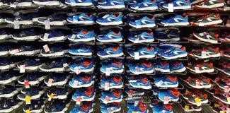 Chaussures de sport à vendre sur le marché de décathlon Iasi, Roumanie Photos stock