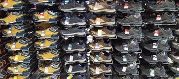 Chaussures de sport à vendre sur le marché de décathlon Iasi, Roumanie Images stock