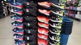 Chaussures de sport à vendre sur le marché de décathlon Iasi, Roumanie Image libre de droits