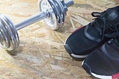 Chaussures de sport avec l'haltère Photo libre de droits