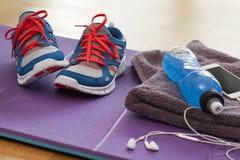 Chaussures de sport avec la boisson et le téléphone d'énergie Photographie stock libre de droits