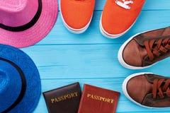 Chaussures de sport, chapeaux, passeports Photo libre de droits