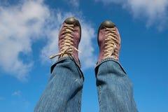 Chaussures de sport dans le ciel bleu Femme active détendant, se trouvant et St Image stock