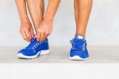 Chaussures de sport de laçage d'homme dans le gymnase images libres de droits