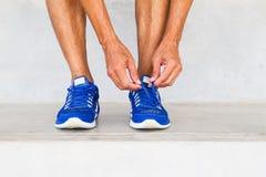Chaussures de sport de laçage d'homme dans le gymnase photo libre de droits