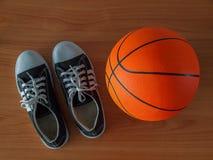 Chaussures de sport et boule de basket-ball Image stock
