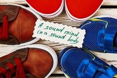 Chaussures de sport et carte de proverbe Photographie stock