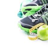 Chaussures de sport et pomme verte Photo libre de droits
