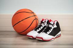 Chaussures de sport et un basket-ball Photographie stock