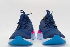 Chaussures de sport pour courir sur le fond blanc photographie stock
