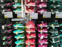 Chaussures de sport pour les hommes dans le magasin Photos libres de droits