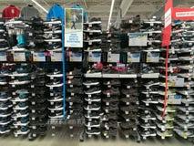 Chaussures de sport pour les hommes dans le magasin Photographie stock