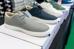 Chaussures de sport sur des boîtiers blancs à vendre Photographie stock