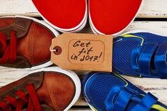Chaussures de sport sur la surface en bois Photos stock