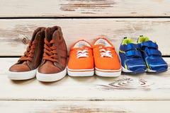 Chaussures de sport sur le contexte en bois Photos stock