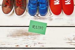 Chaussures de sport sur le contexte en bois Image stock