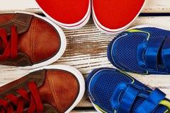 Chaussures de sport sur le fond en bois Image stock