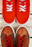 Chaussures de sport sur le fond naturel Image stock