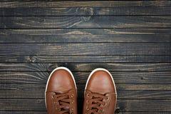 Chaussures de sport sur le plancher photos stock