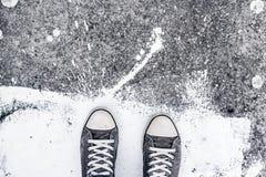 Chaussures de sport sur le trottoir de rue Image stock