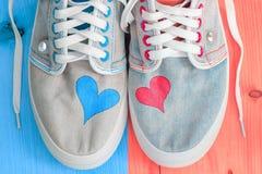 Chaussures de sports de jeans photographie stock