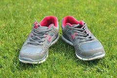 Chaussures de sports - espadrilles Espadrilles sur le terrain de football Image stock
