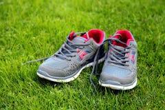 Chaussures de sports - espadrilles Espadrilles sur le terrain de football Image libre de droits