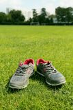 Chaussures de sports - espadrilles Espadrilles sur le terrain de football Images stock