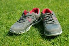 Chaussures de sports - espadrilles Espadrilles sur le terrain de football Photos libres de droits